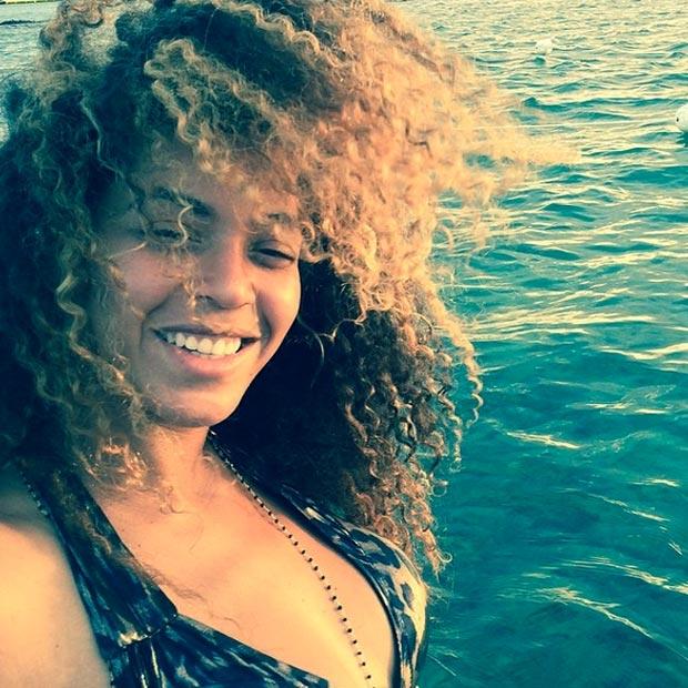 Beyoncé curte o mar e posta selfie com cara de soninho