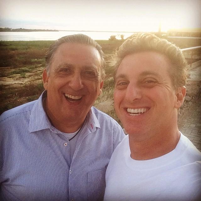 Luciano Huck e Galvão Bueno fazem selfie no rio São Francisco