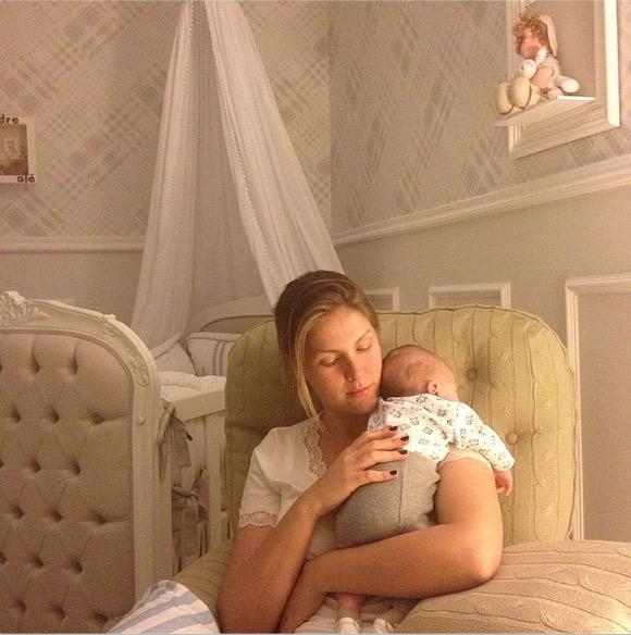 Ana Hickmann nina o pequeno Alexandre depois de amamentar