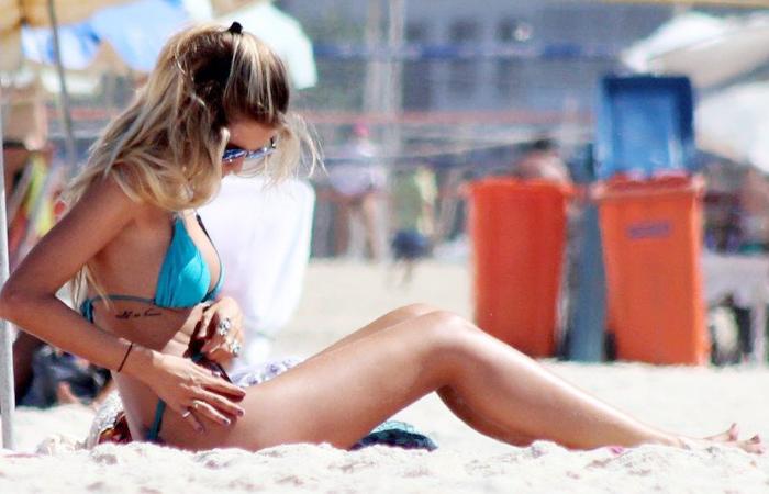 Yasmin Brunet curte praia na companhia do maridão