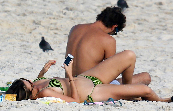 Juliana Didone passa tarde romântica com o namorado na praia da Barra da Tijuca