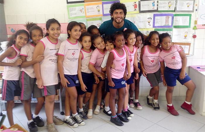 Jesus Luz visita orfanato e recebe carinho das crianças