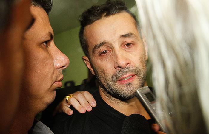 Visivelmente abatido, Marcos Oliver deixa prisão após 30 dias