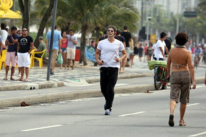 Reynaldo Gianecchini aproveita dia de folga para correr na orla