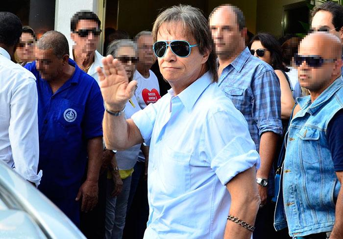 Roberto Carlos presta última homenagem ao afilhado, Alexandre Pessoal