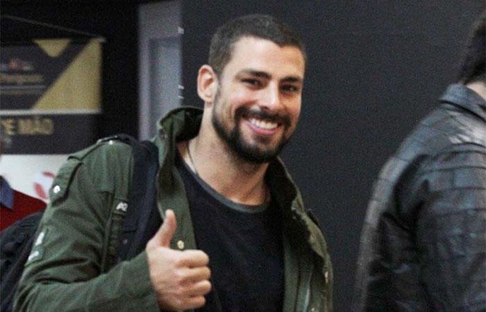 Simpático, Cauã Reymond sorri para os fotógrafos durante check-in
