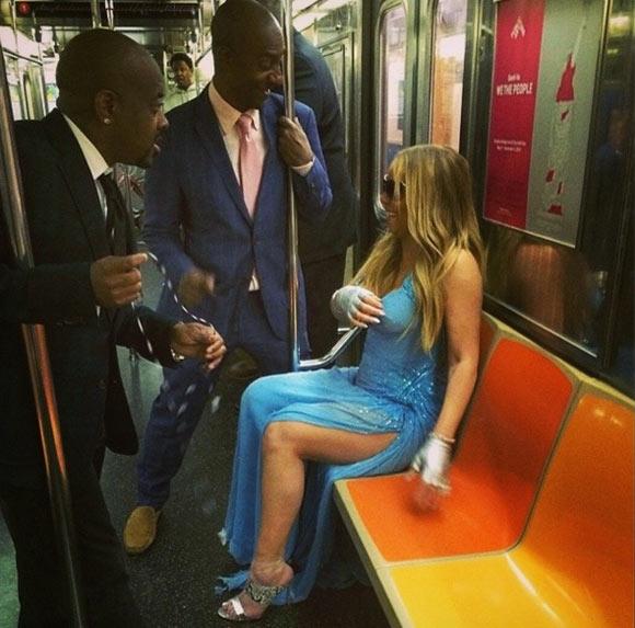 Com roupa de gala, Mariah Carey viaja de metrô na madrugada