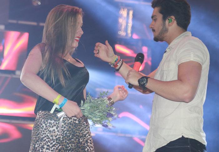 Luan Santana dá chega mais em loira durante show no Paraná