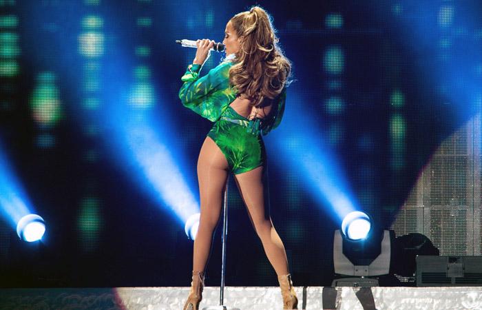 Jennifer Lopez se apresenta de cinta-liga