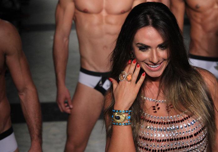 Nicole Bahls desfila de cueca, em São Paulo