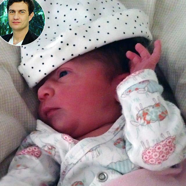 Gabriel Braga Nunes posta foto da filha recém-nascida,
