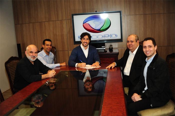 Marcos Mion renova contrato com a Record