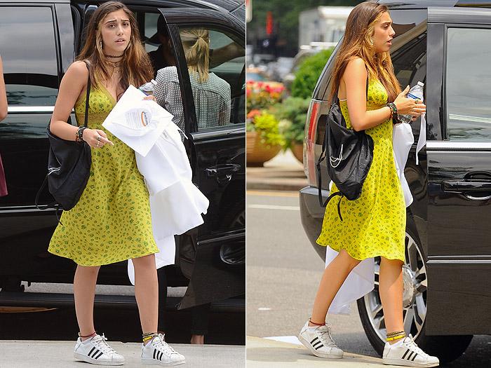 Lourdes Maria usa vestido despojado e tênis em cerimônia de formatura