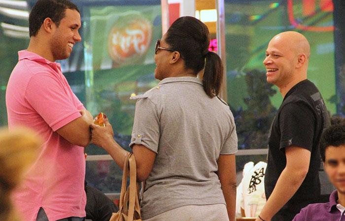 Adriana Bombom passeia com amigos em shopping do Rio