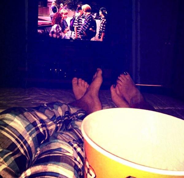 Acompanhado, Luan Santana assiste filme na cama e atiça fãs