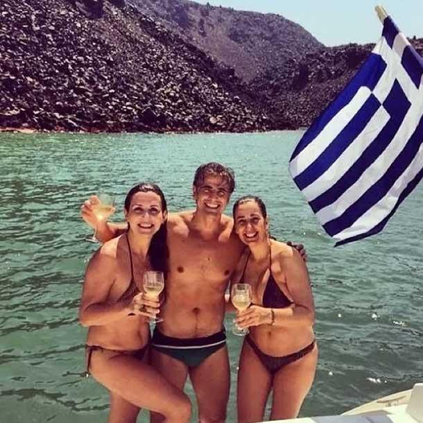 Reynaldo Gianecchini passa o domingo se bronzeando no mar da Grécia