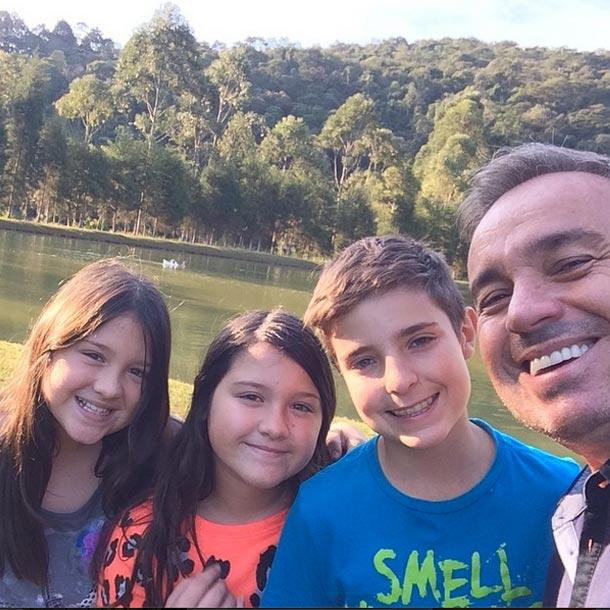Gugu Liberato passa o domingo no sitio, com os filhos