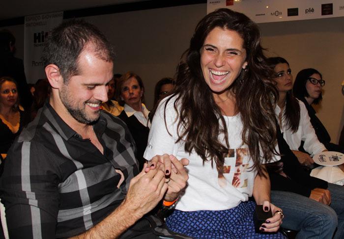 Giovanna Antonelli ganha anel e beijos do marido