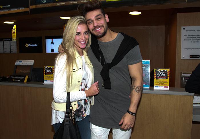 Lucas Lucco vai bem acompanhado assistir pré-estreia, em São Paulo