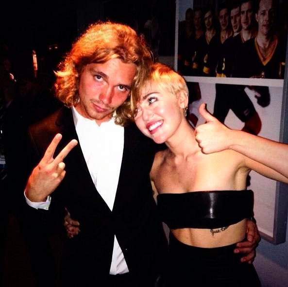 Sem-teto Que Miley Cyrus levou parágrafo Premiação E PROCURADO Pela Polícia