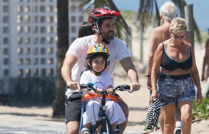 Eriberto Leão passeia de bike com o filho pela orla de Ipanema