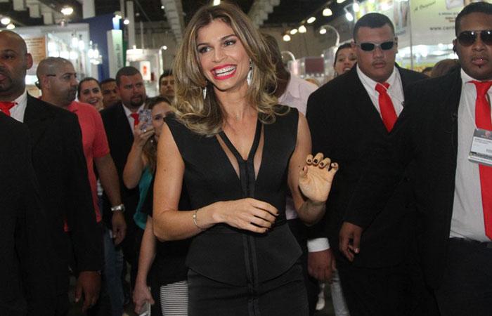 Escoltada por seguranças, Grazi Massafera chega à Beauty Fair 2014 ]