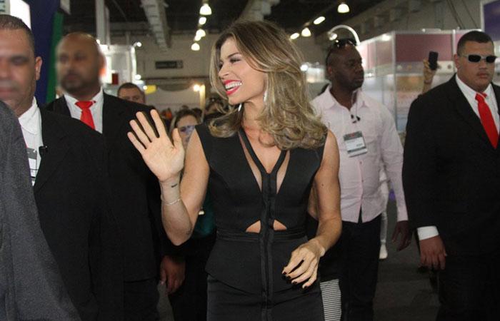 Escoltada por seguranças, Grazi Massafera chega à Beauty Fair 2014