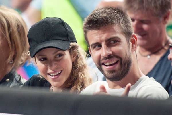 Apaixonados, Shakira e Piqué  assistem jogo de basquete em Barcelona