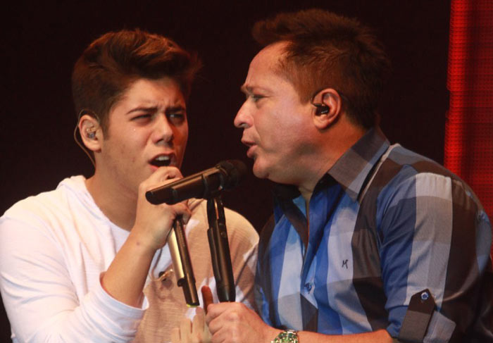 Leonardo se emociona ao cantar com o filho José Felipe