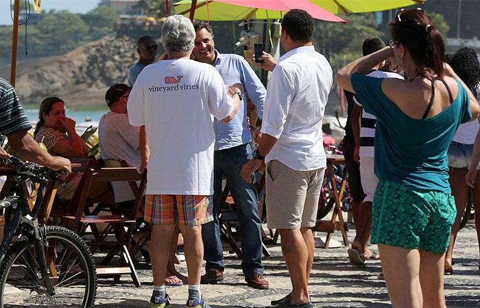 Ronaldo cola adesivo no peito e caminha no Leblon ao lado de candidato