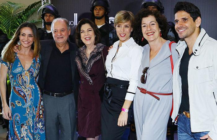 Elenco de Plano Alto se reúne em cinema para apresentar série da Record