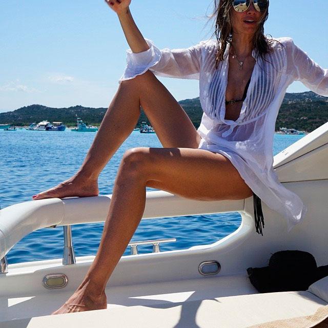 Luciana Gimenez posa em Sardenha: 'Férias dos sonhos'
