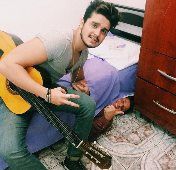 Para surpreender fã de Luan Santana, Luciano Huck se esconde embaixo de cama