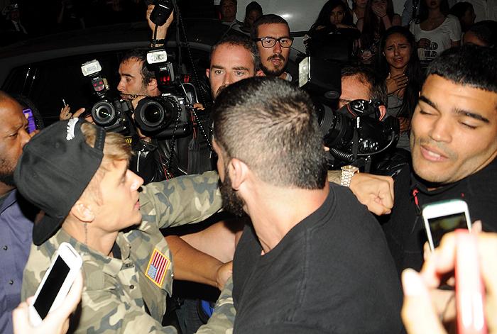 Justin Bieber agride paparazzo em festa na França