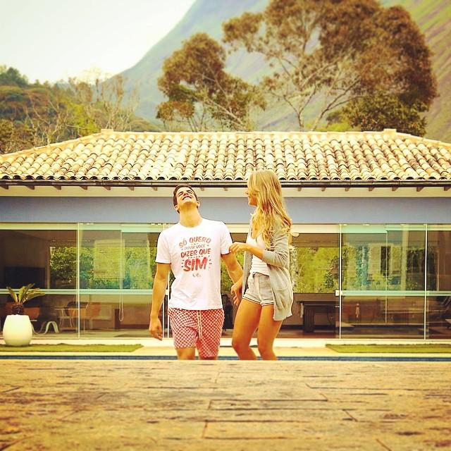 Enzo Celulari posta foto romântica com a namorada