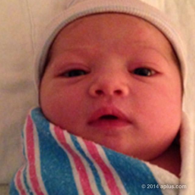 Mila Kunis e Ashton Kutcher 'divulgam' foto da filha nas redes sociais