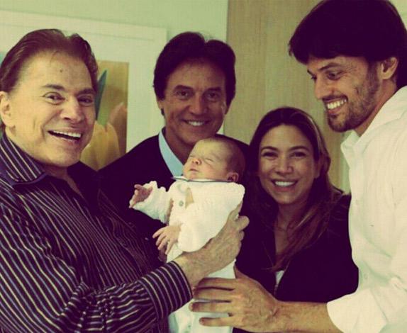 Silvio Santos posa com o neto, Pedrinho, e a família da filha