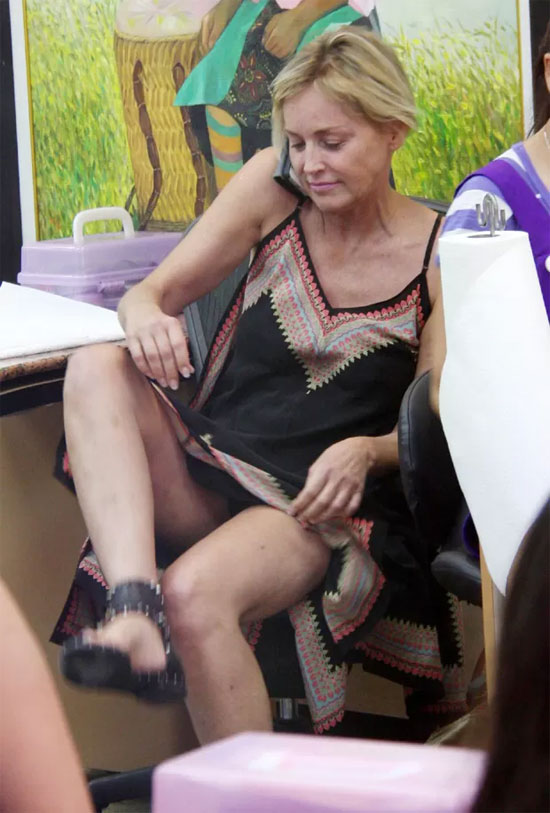 Sharon Stone dá cruzada de pernas fatal e mostra demais