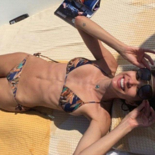 Luciana Gimenez posta foto de biquíni e é criticada por seguidores