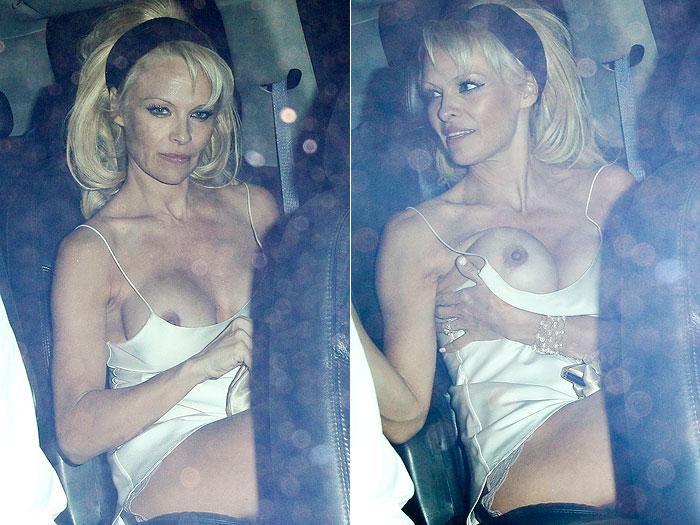 Vestido de Pamela Anderson cai e ela fica com os seios de fora