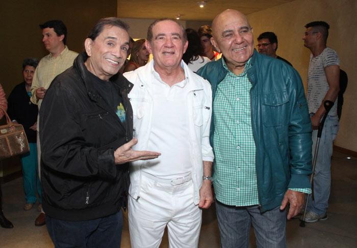 Renato Aragão posa com a família após sessão de Os Saltimbancos Trapalhões