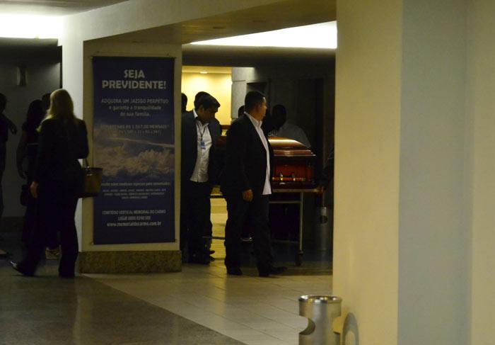 Tânia Mara, Marcos Caruso e mais amigos vão ao velório do filho de Manoel Carlos