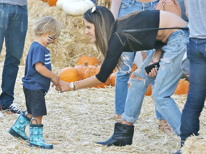 Alessandra Ambrósio passeia com a família em feira de Los Angeles