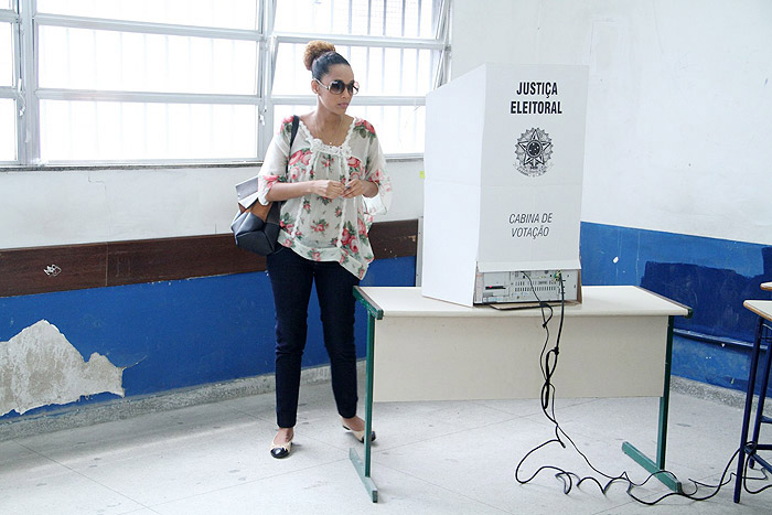 Taís Araújo exibe a barriguinha de grávida em dia de votação