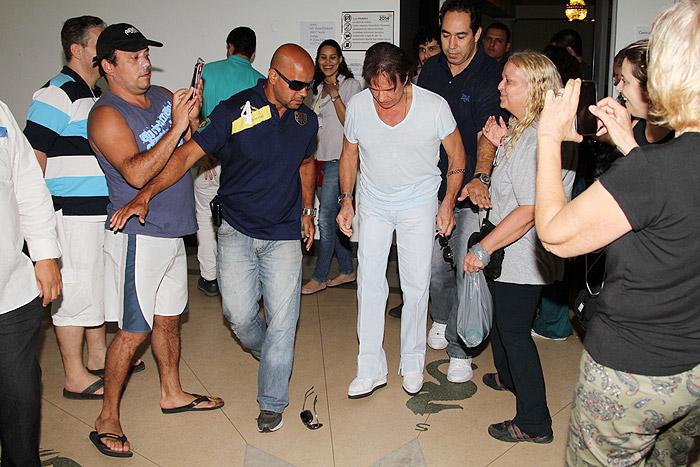 Roberto Carlos causa tumulto ao votar na Cidade Maravilhosa