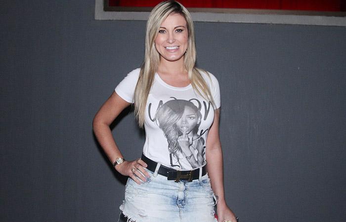 Anitta recebe famosos em show na capital paulista