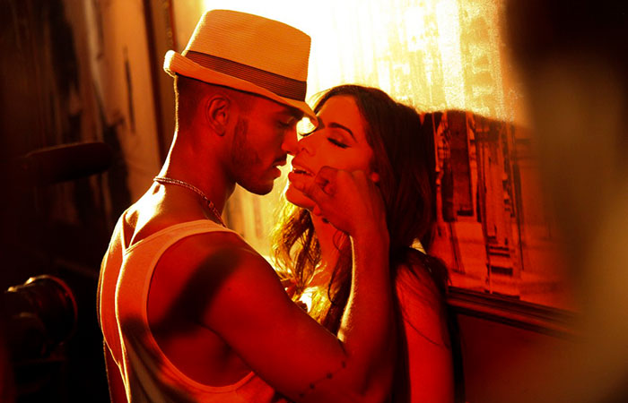 Em clima retrô, Anitta sensualiza na gravação de seu novo clipe