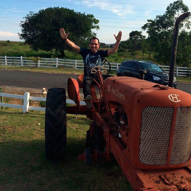 Fazenda / Luciano Camargo se diverte com trator: 'Taca-lhe pau'