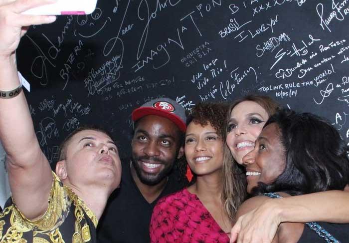 Taís Araújo, Lázaro Ramos e Glória Maria posam para selfie com Ivete Sangalo