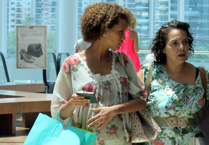 Com barrigão de 7 meses, Tais Araújo passeia em shopping do Rio de Janeiro